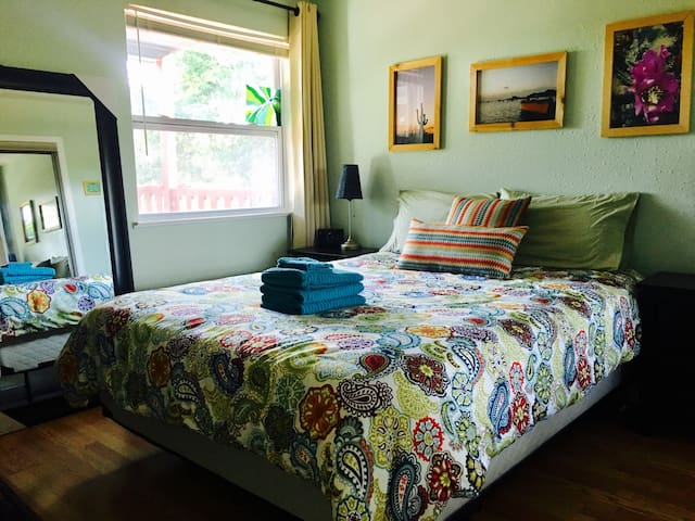 East Austin Forest House - Entire house Bed & Bath