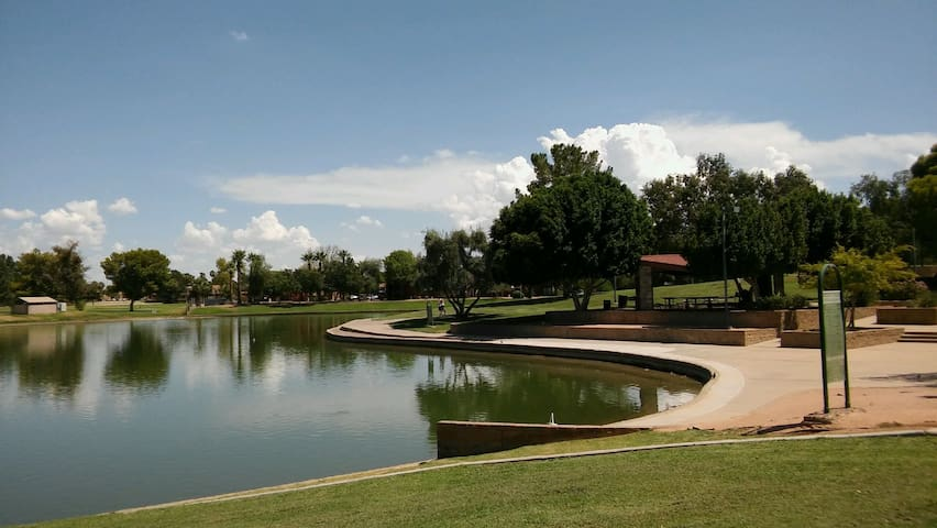 Beautiful Lake view of Dobson Park 5 minutes away, great to fish, feed the ducks, BBQ for large parties, with huge 3 playgrounds for kids