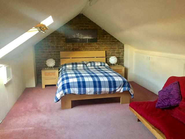 Cosy loft room in a lovely flat. - Londres - Appartement
