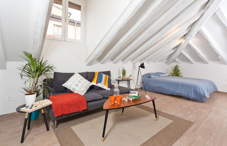 Cute and cosy flat. Short and long stays available