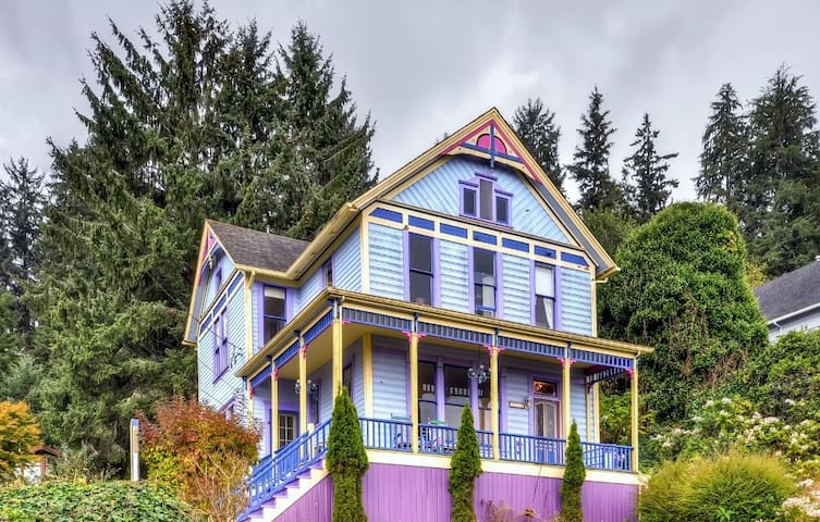 'Astoria Painted Lady' Historic Apt w/ River View!