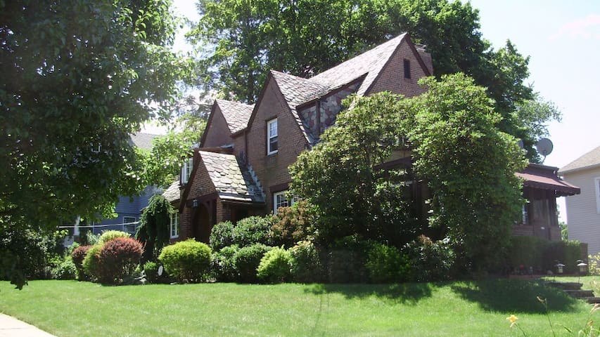 Charming Tudor home: Queen bedroom - Meriden - Hus