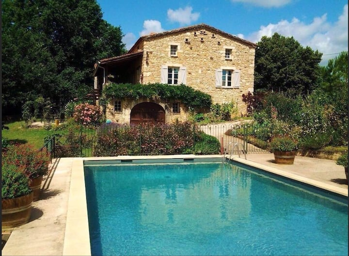Grand View vert. Lovely pool, easy walk to village