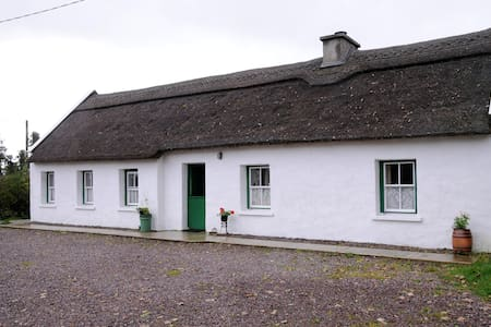 The Thatched Cottage on The Wild Atlantic Way - Castlemaine