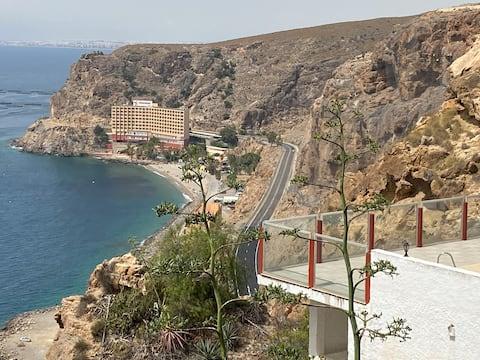 Apartamento colgado de un acantilado junto al mar