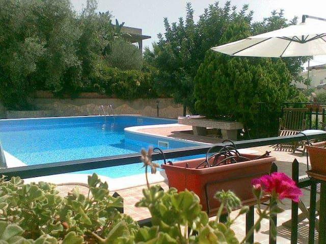 Villa con piscina, tra le colline - San Corrado di Fuori - Flat