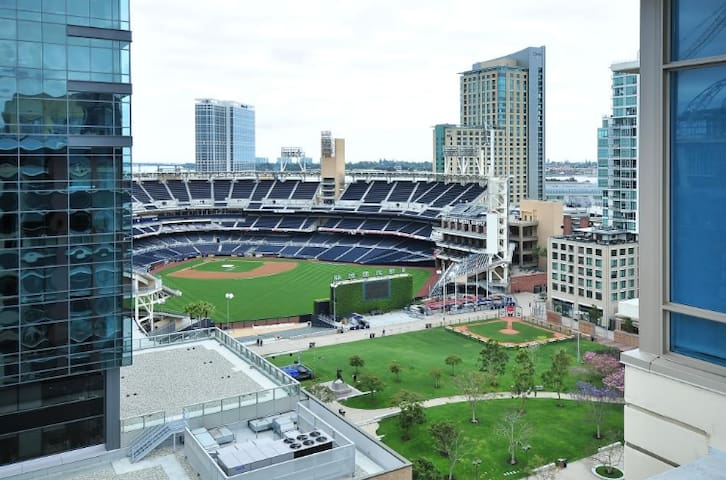 Chic 1 bedroom with ballpark view & parking