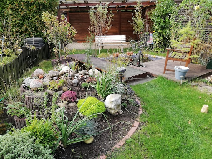 Zimmer mit Blick auf den Garten und kleinen Teich