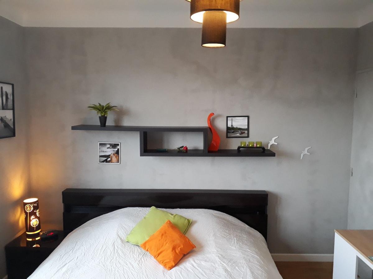 Chambre moderne lit king size bureau placard appartements