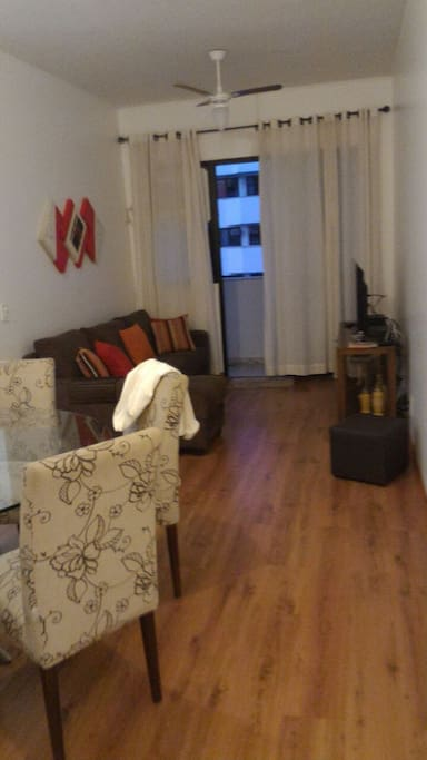 Sala em 2 ambientes , com TV (tv a cabo net) , sala com varanda