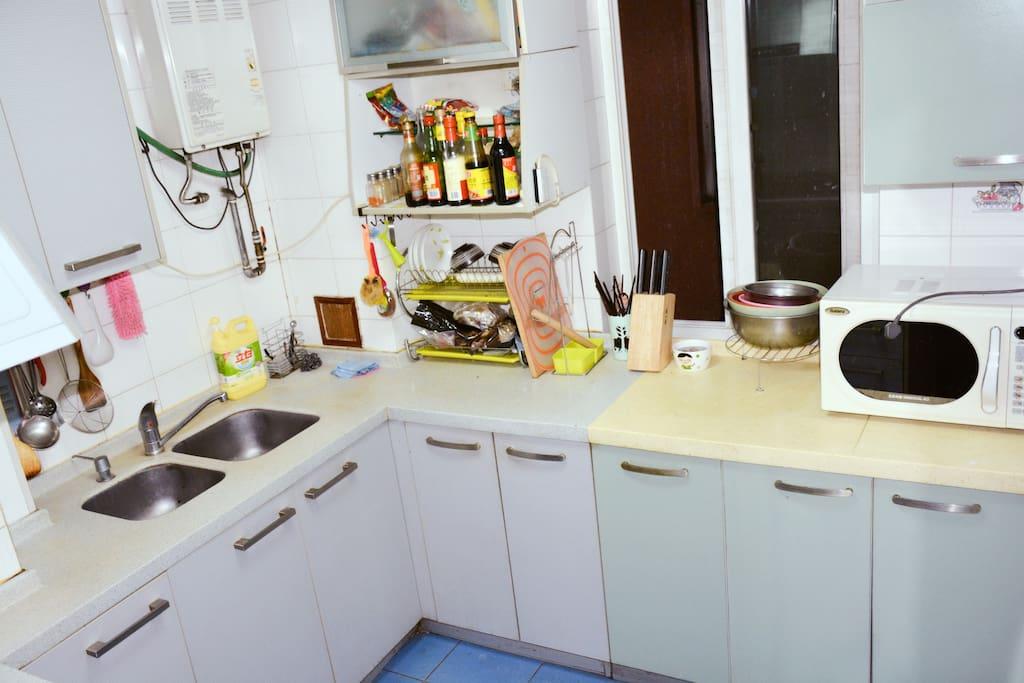 厨房,厨具齐全,可以使用热水壶、微波炉,暂时不向客人开放做饭的功能 Kitchen: there are all kinds of kitchenward but you can only use the kettle and microwave oven. Cooking is not allowed temporarily.