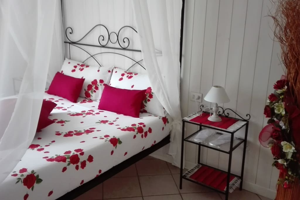 camera matrimoniale letto a baldacchino