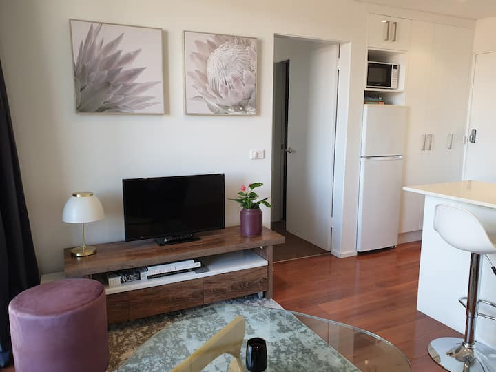 Woden Apt-8 min to City|Walk to Woden|Wifi|Parking