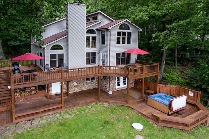 Dog friendly home with lake access, dock slip, game tables, grills and hot tub!