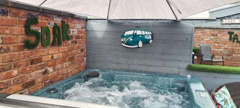 Walking distance to city/races. Hot tub. 3 doubles