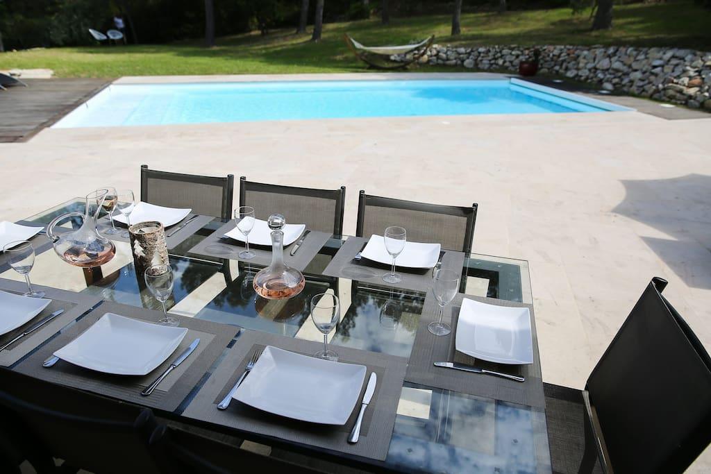 Partagez un bon repas tous ensemble et prolongez la soirée sur la terrasse, la piscine s'eclaire c'est magique