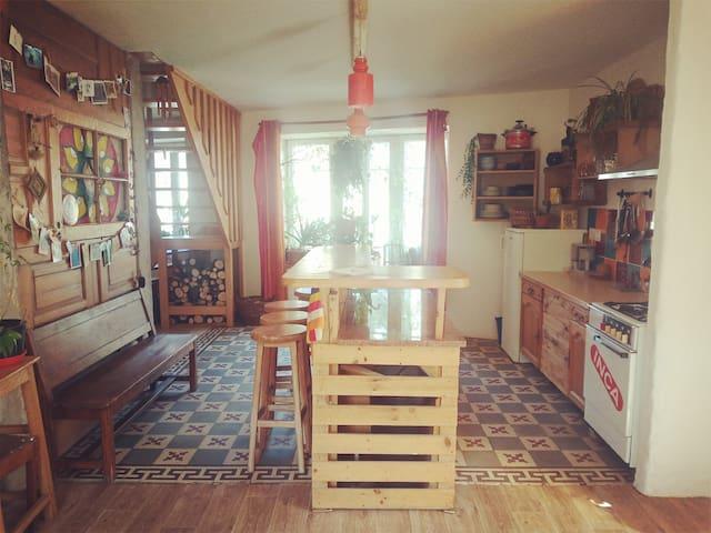 Maison d'artistes au coeur du village