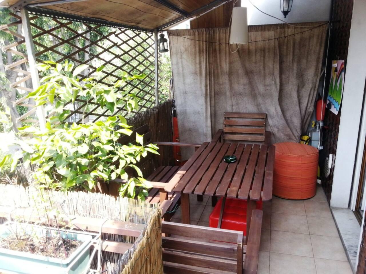 terrazzino con tavolo per mangiare all'aperto- terrace with table for outdoor dining
