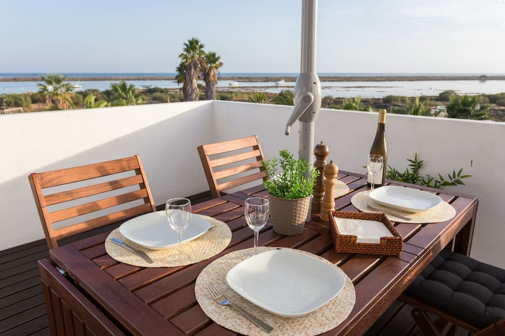 Top floor with the terrace - Breakfast, lunch or dinner or just relaxes, with nap in the sun and background music from the waves.