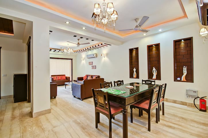 3 BHK Apartment Excellent Location - New Delhi - Huoneisto