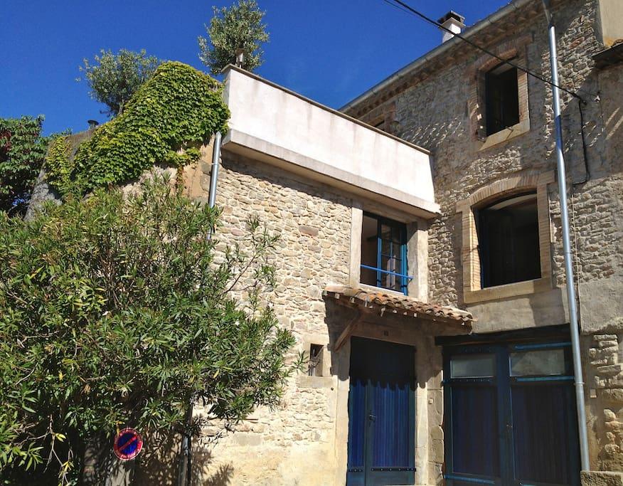 la façade sud avec la terrasse au dessus