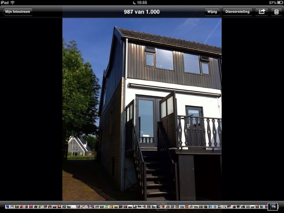 Achterkant van het huis met heerlijk zonnedek