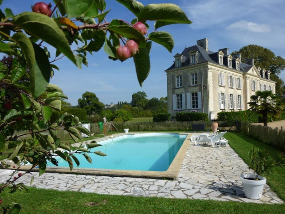 Chateau La Mothaye - pool and entrance