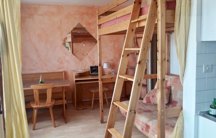 Table de séjour, bureau en bois avec chaises