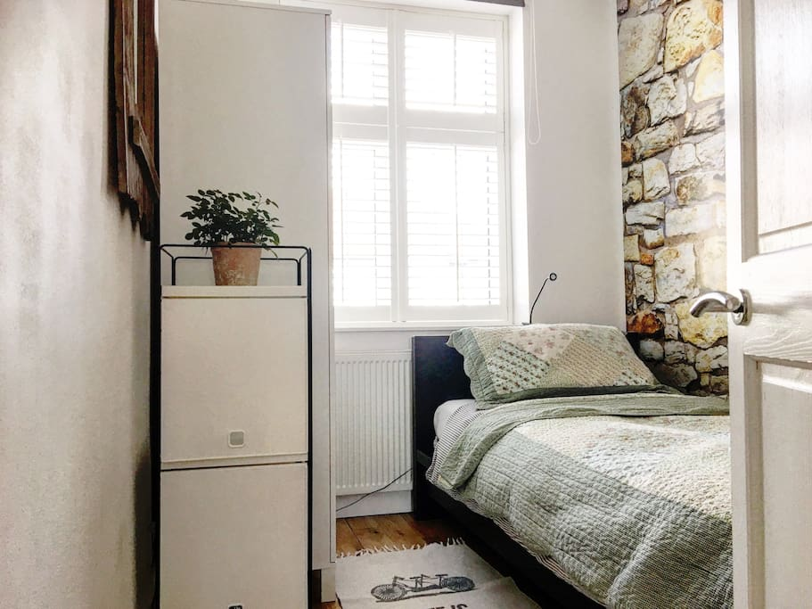 Very small and warm newly decorated single bedroom ( you will like it :))with tiny space for your PC.Quilted bedspread keeps your extra warm .Fresh bedding and towels .A small LED light will allow you to read while lying. Wardrobe to arrange your clothes