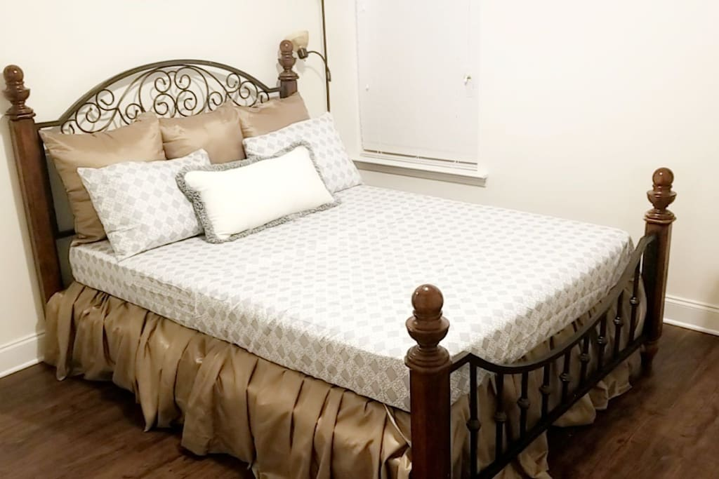 Queen size bed. Very comfortable