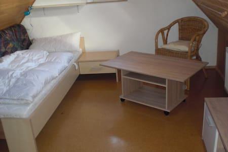 Kleines Mansardenzimmer in REH, WG für max. 4 Pers - Kaisheim - Pension