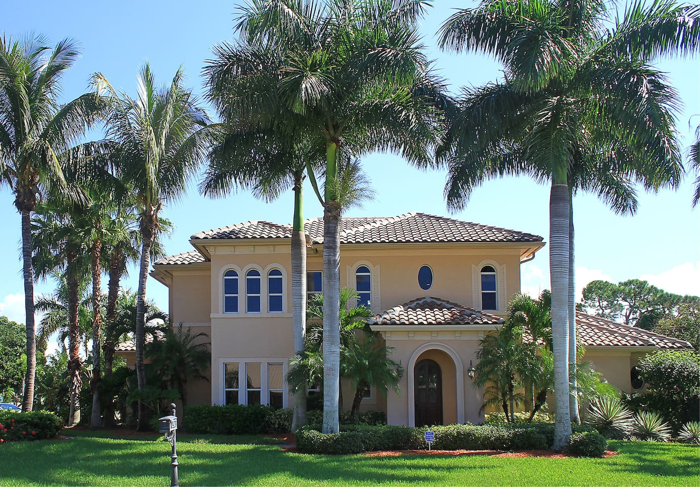 Beautiful and sunny Naples Mansion! The most luxurious house in the area.