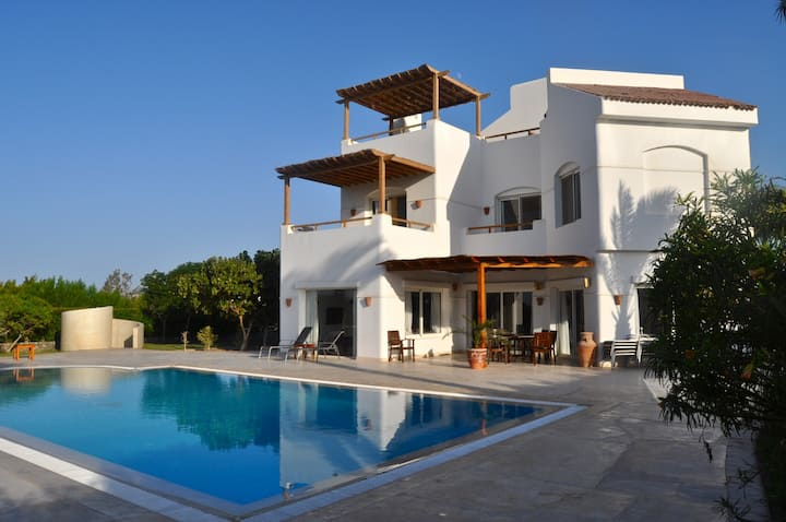 HEATED POOL! Villa with 4 bedrooms and 4 bathrooms