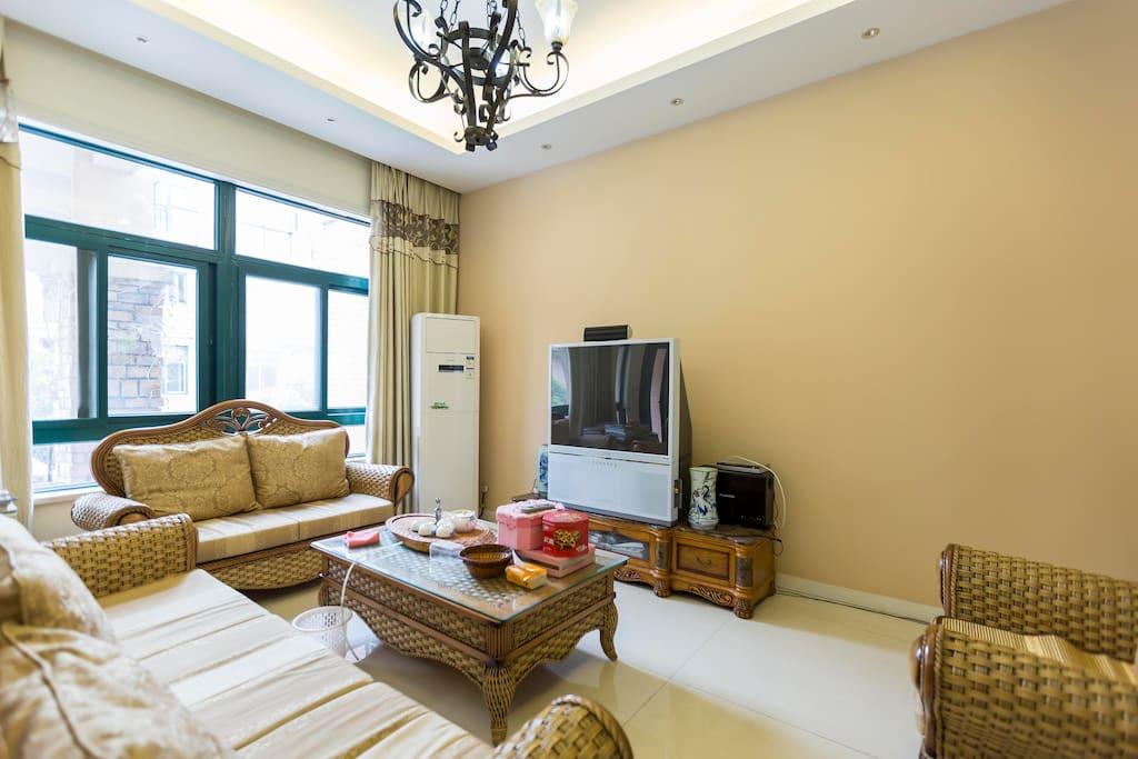 大客厅,配有空调电视藤制沙发。