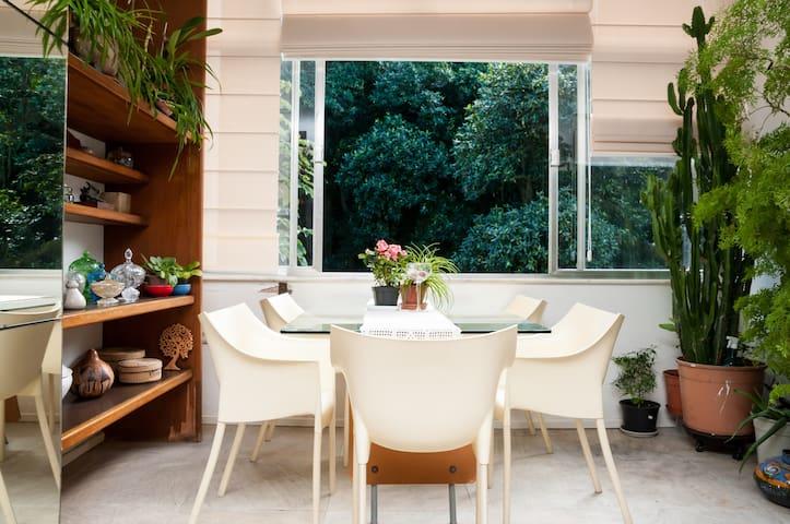 A Mata Atlântica entra pelo apartamento, sob forma de plantas tropicais e flores que alegram os ambientes sociais.