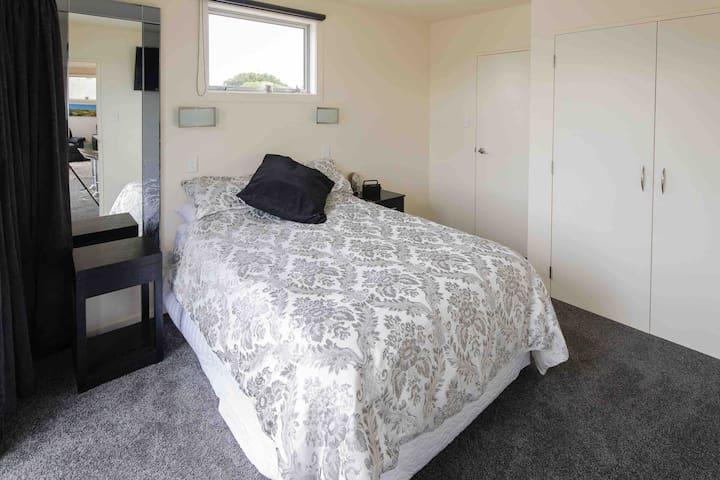 Main bedroom with en-suite access