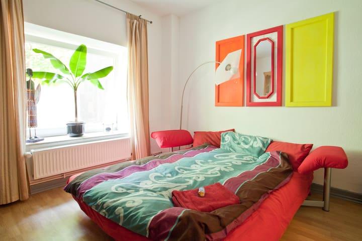 Bett by Night im bunten Linden-Nord - Hanover - Apartment