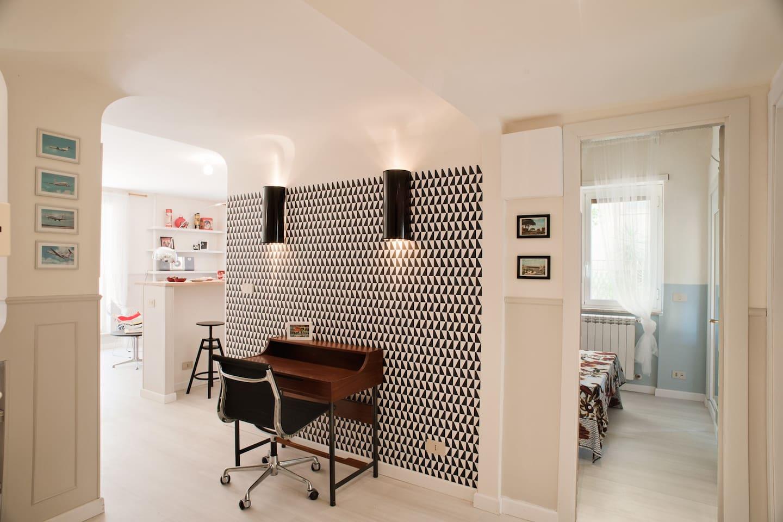 L'ingresso con l'area studio: pezzi vintage, classici del design, realizzati su misura.. Grand Tour!