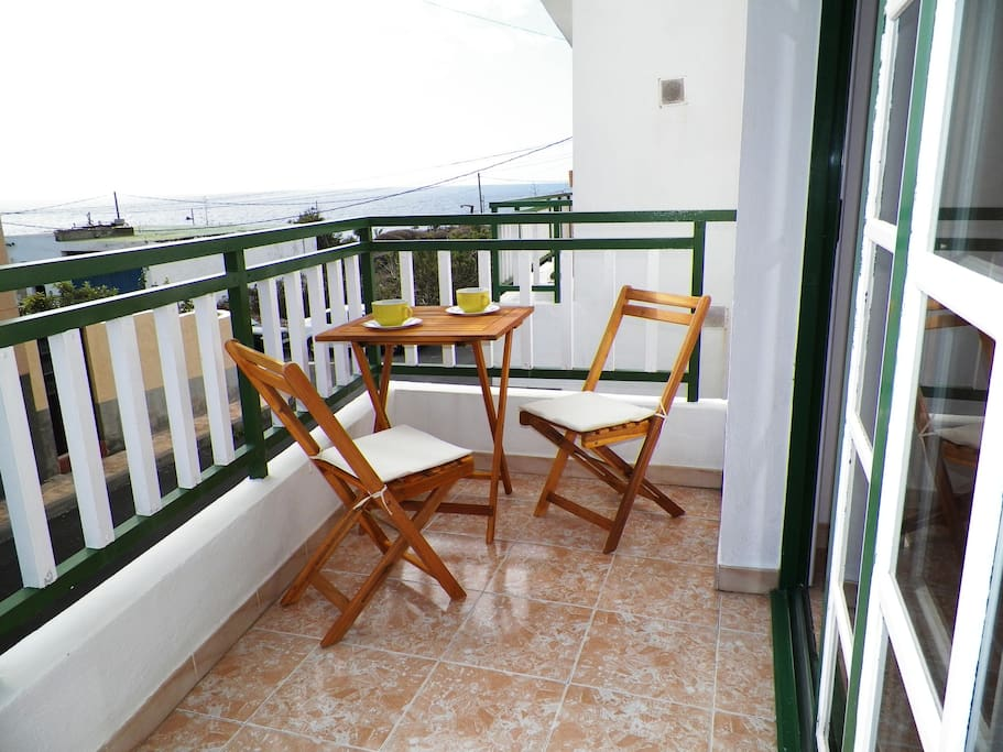 Mesa con dos sillas donde puedes desayunar. Table with two chairs where you can have breakfast.