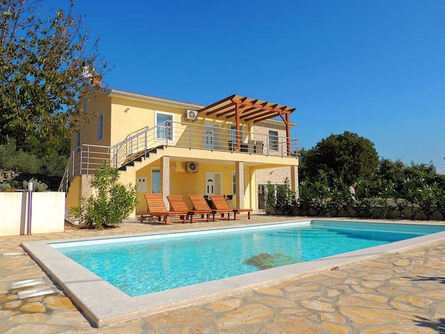 Holiday house with pool for 13 persons