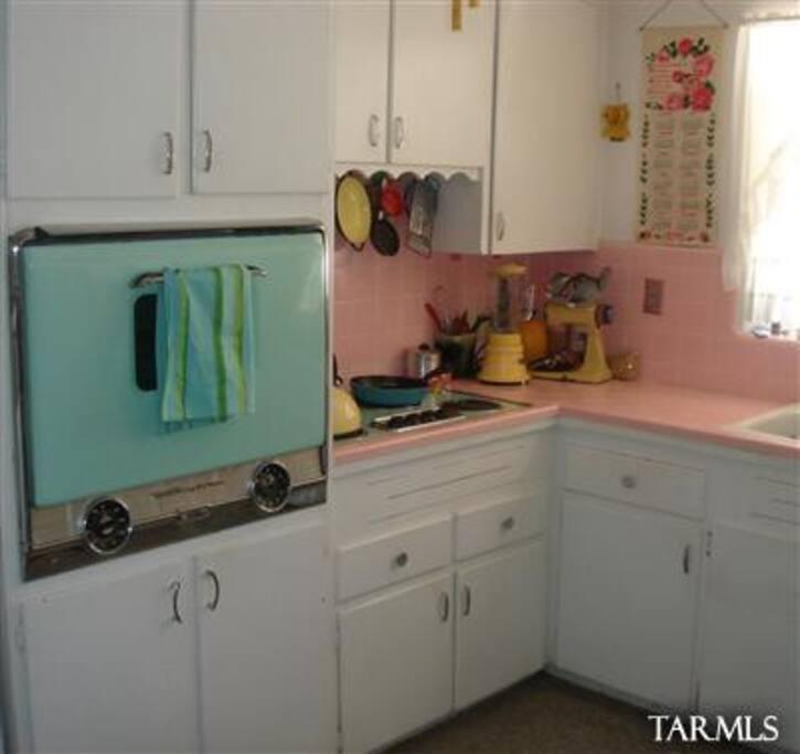 cute vintage kitchen!