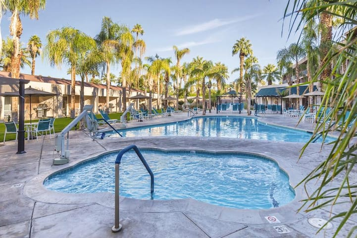 Downtown Palm Springs 1 bed condo prime location