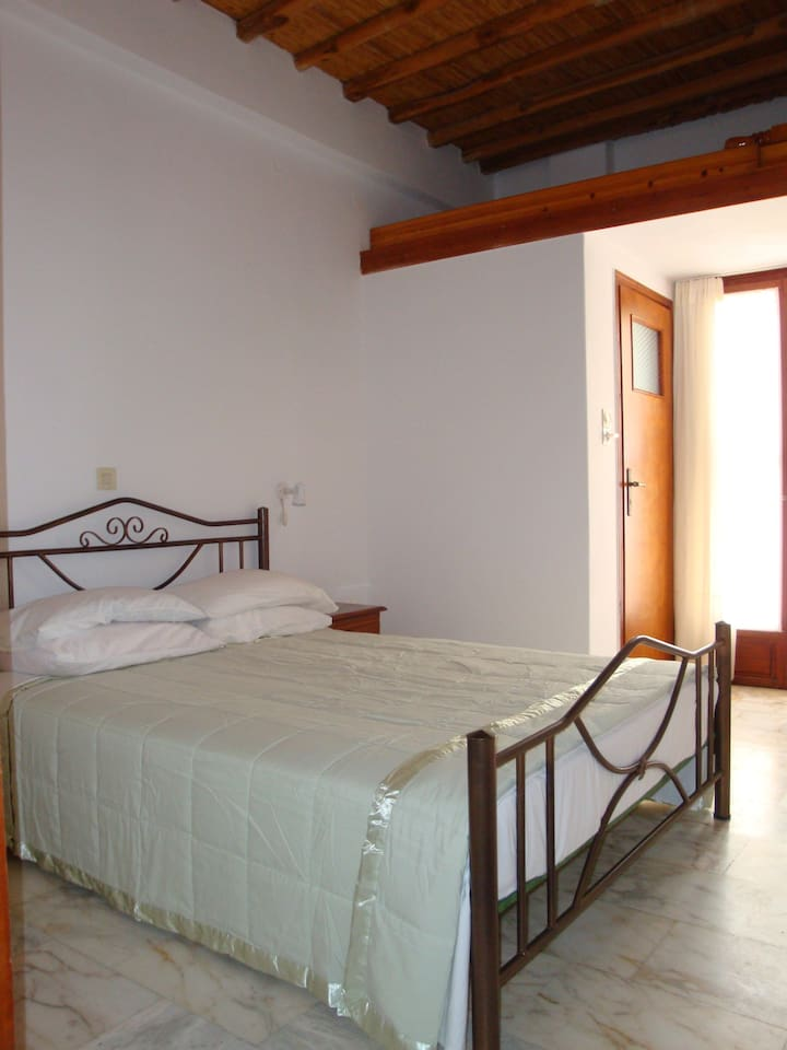 Spacious, Traditional En-Suite room with Queen bed.
