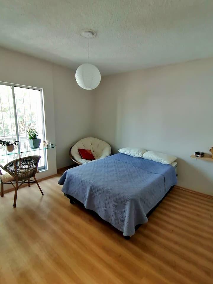 Iluminada habitación equipada y espaciosa