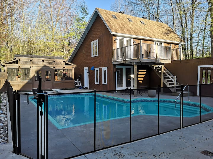 Cozy Hudson detached guest house with pool