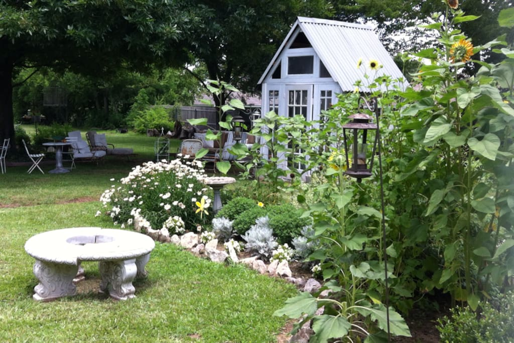 Eclectic Country Home And Garden Houses For Rent In