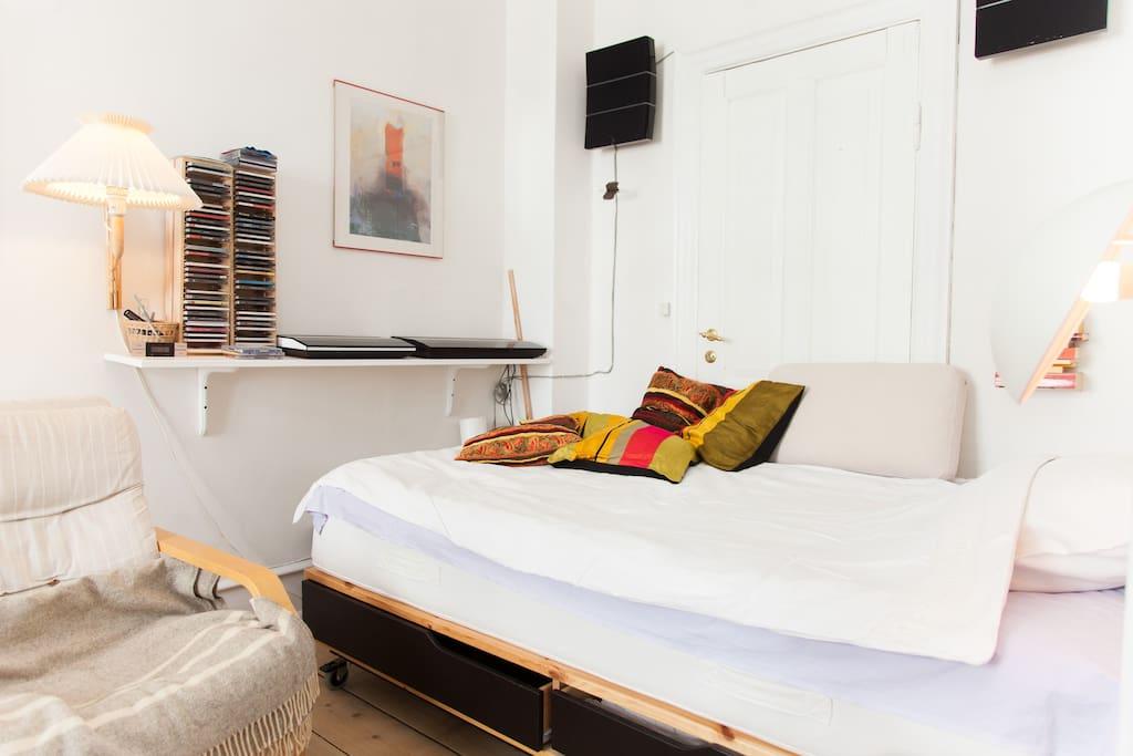 komfortabel seng med lækkert bomulds-sengetøj