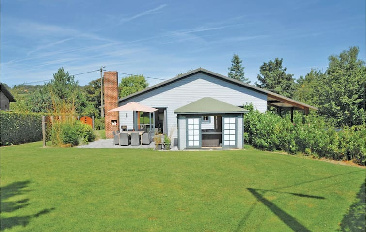 Holiday cottage with 4 bedrooms on 100m² in Somme-Leuze