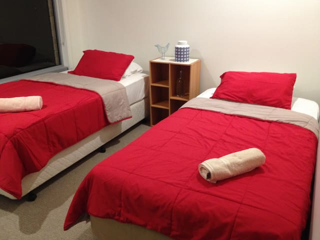 Double room, min to Theme Parks, easy access to M1 - Coomera