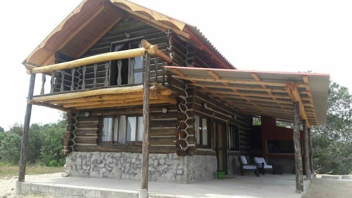 Cabaña de troncos, en playa Serena, WiFi